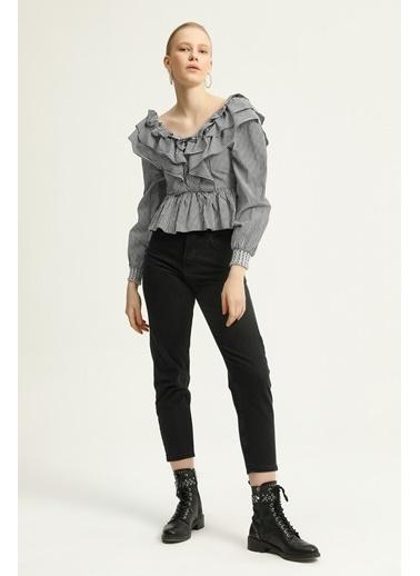 Quzu Volanlı V Yaka Bluz  Siyah